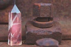Grande cristal lapidado místico transparente da ametista cor-de-rosa colorida, calcedônia no trilhos no close-up industrial do fu fotografia de stock royalty free