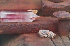 Grande cristal lapidado místico transparente da ametista cor-de-rosa colorida, calcedônia no trilhos no close-up industrial do fu fotos de stock royalty free