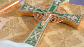 Grande croix d'or pour le baptême du ` s d'enfant banque de vidéos