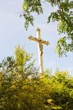 Grande croix de Jesus Christ dans les bois Image stock