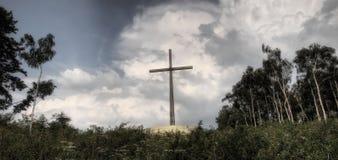 Grande croix sur une crête Photos libres de droits