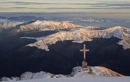 Grande cruce encima el valle en invierno imagenes de archivo
