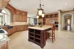 Grande cucina con cabinetry di legno