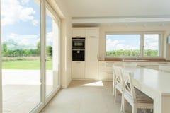 Grande cucina con il terrazzo Fotografia Stock Libera da Diritti