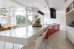 Grande cucina del progettista nella casa australiana moderna con il outl del patio fotografia stock