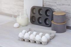 Grande cucina leggera Stoviglie per la cottura, la muffa del dolce ed il vassoio con le uova sulla tavola Fotografia Stock Libera da Diritti