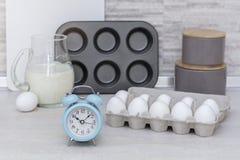 Grande cucina leggera Stoviglie per la cottura, la muffa del dolce ed il vassoio con le uova sulla tavola Immagine Stock Libera da Diritti
