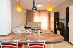 Grande cucina spaziosa fatta in uno stile minimalista Immagine Stock