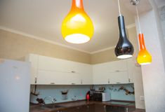 Grande cucina spaziosa fatta in uno stile minimalista Fotografia Stock