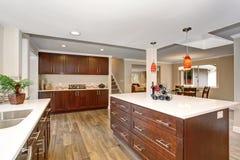 Grande cuisine avec les plans de travail blancs Images stock