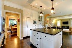 Grande cuisine moderne blanche de luxe. Photos stock