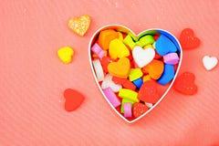 Grande cuore di molti piccoli cuori variopinti su fondo rosa, Immagini Stock Libere da Diritti