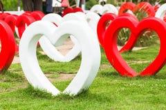 Grande cuore fatto da cemento per il giardino decorativo Immagini Stock