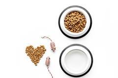 Grande cuvette de l'animal familier - aliments pour chats avec la copie de coeur sur la maquette blanche de vue supérieure de fon Images stock