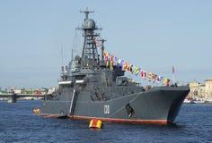 Grande ` de Korolev do ` do navio de aterrissagem no rio de Neva no festival em honra do dia da vitória St Petersburg Foto de Stock Royalty Free