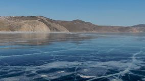 Grande de la opini?n del p?jaro del paisaje claro de la superficie del helada en el d?a soleado metrajes