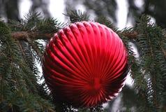 Grande decorazione rossa dell'albero di Natale con la piega fotografia stock libera da diritti