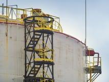Grande depósito de gasolina com escada imagem de stock royalty free