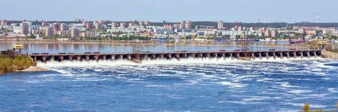 A grande descarga da água de mola na represa de Zhiguli perto da cidade de Tolyatti no Rio Volga foto de stock royalty free