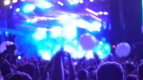 Grande desempenho da música que transforma na mostra iluminada com os lasers e os balões filme