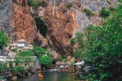 Grande dia de verão no restaurante entre cavernas em Bósnia e Herzegovina fotos de stock royalty free