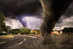 Grande disastro di tornado su una strada illustrazione vettoriale