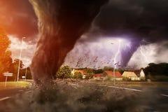 Grande disastro di tornado su una strada illustrazione di stock