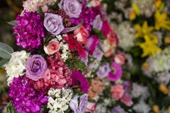 Grande disposition de fleurs colorée dans des tons roses à un fleuriste photographie stock