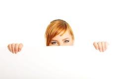 Grande donna che tiene un bordo bianco Fotografie Stock
