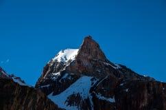 Grande e alte montagne in Asia centrale, Tagikistan con i clounds del ADN della neve fotografie stock libere da diritti