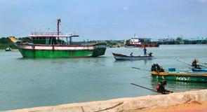 Grande e botes na praia karaikal imagem de stock royalty free