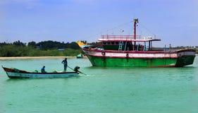 Grande e botes na praia karaikal foto de stock royalty free