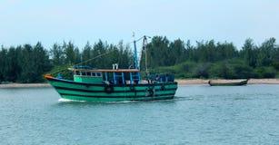 Grande e botes navegue na praia karaikal imagens de stock royalty free