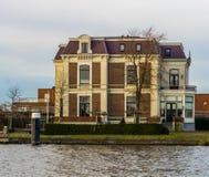 Grande e casa di campagna lussuosa sul lato dell'acqua, architettura della città della tana aan Rijn, Paesi Bassi di Alphen immagini stock