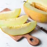 Grande e melone giallo maturo Incida i pezzi Fondo appetitoso Alimento sano fotografie stock