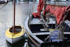 Grande e pequeno Dois barcos do selo amarrados junto imagem de stock