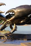 Grande e piccola scultura del granchio del metallo in Krabi Tailandia Fotografie Stock
