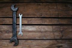 grande e piccolo, vecchio e nuovo, due chiavi su fondo di legno, spazio della copia immagine stock libera da diritti