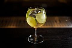 Grande e vetro di cocktail elegante con il cocktail acido e dolce fresco dell'agrume immagine stock