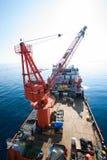 A grande embarcação do guindaste que instala a plataforma dentro no mar, barca do guindaste que faz a instalação pesada marinha do fotos de stock
