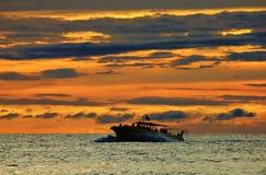 Grande embarcation de plaisance se dirigeant dedans au coucher du soleil photos stock