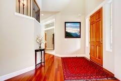Grande entrée de luxe à la maison avec la couverture rouge Photographie stock libre de droits