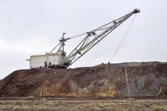 Grande escavatore di camminata in attesa del materiale rotabile che trasporta sovraccarico per stoccaggio negli scarichi immagini stock libere da diritti