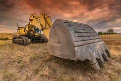 Grande escavatore in un'area non sviluppata fotografia stock