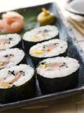 A grande espiral rolou o sushi com gengibre Wasabi do sushi Imagem de Stock