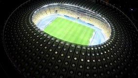 Grande estádio de futebol com projeto criativo, arquitetura da cidade da noite, vista de cima de video estoque