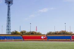 Grande estádio dos esportes com grama artificial verde foto de stock