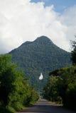 A grande estátua branca na montanha Fotografia de Stock Royalty Free