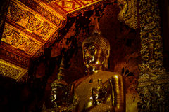 Grande estátua do assento de buddha do ouro foto de stock