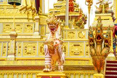 A grande estátua do leão decorou as etapas do crematório real fotos de stock